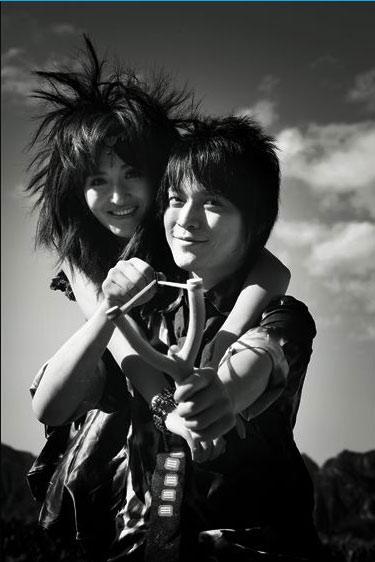 谢娜最新写真:金属怪兽与似水谢娜的亲密交流