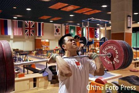 图文:举重队积极备战亚运会 张国政在训练中
