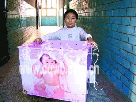 九岁男孩从小爱动手 发明宝宝暖气床获大奖(图)