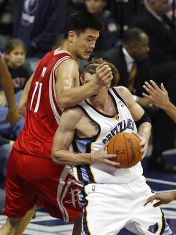 NBA图:常规赛火箭VS灰熊 米勒强打姚明