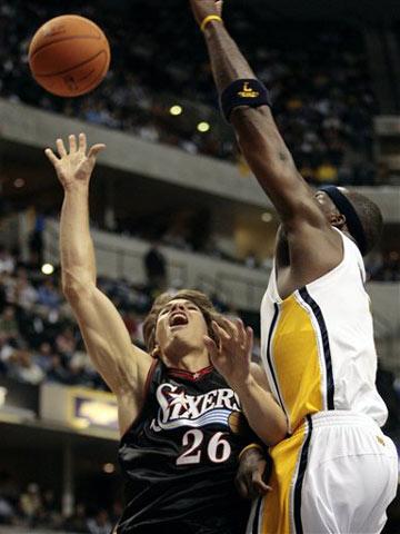 NBA图:常规赛76人负步行者 奥尼尔封盖科沃尔
