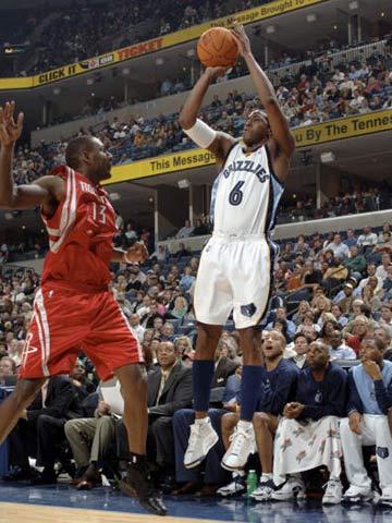 NBA图:常规赛火箭VS灰熊 埃迪-琼斯三分出手