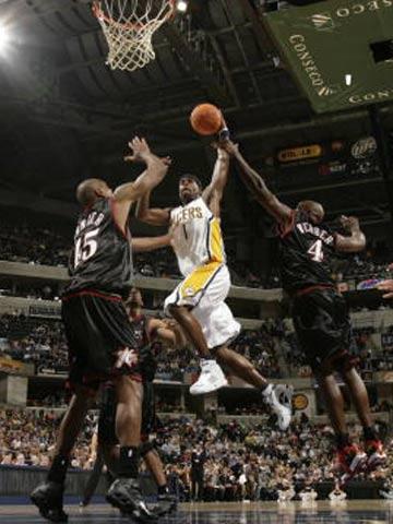 NBA图:常规赛76人负步行者 杰克逊攻入篮下
