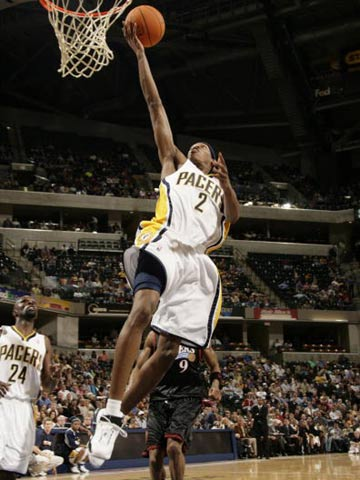NBA图:常规赛76人负步行者 马绍尔突破上篮