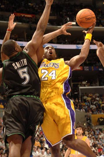 NBA图:常规赛湖人胜森林狼 科比攻破篮下