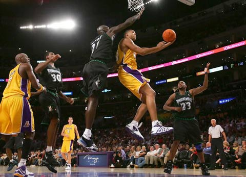 NBA图:常规赛湖人胜森林狼 库克杀入内线