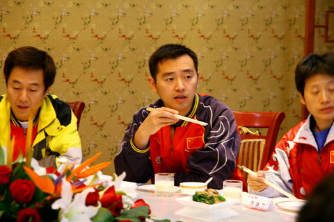 图文:饱餐战饭 女乒将进行国内最后一场热身