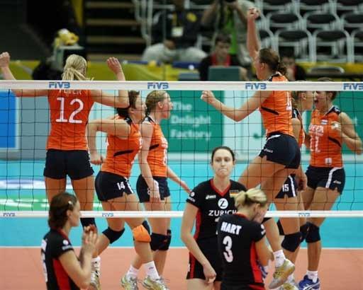 图文:女排世锦赛第六日 荷兰队员赛后庆祝胜利