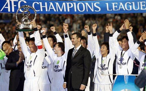 图文:亚冠全北胜卡马拉首次夺冠 捧起冠军奖杯