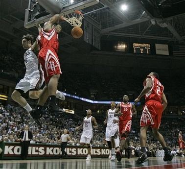 NBA图:常规赛火箭VS雄鹿 海耶斯爆扣得分