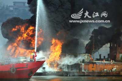 江西首试水上消防演习 18分钟灭油轮大火(图)