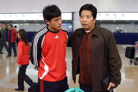 图文:国青返回北京就地解散 冯剑明安慰王大雷