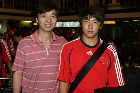 图文:国青返回北京就就地解散 连大厨送崔鹏