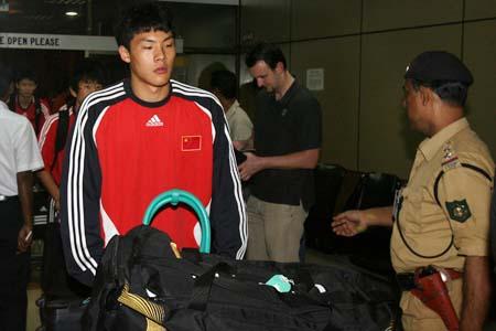 图文:国青返回北京就地解散 王大雷伤别印度