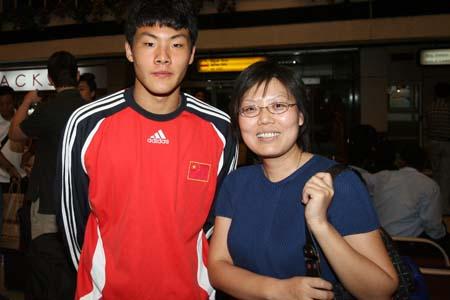 图文:国青返回北京就地解散 王大雷与粉丝