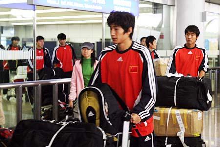 图文:国青返回北京就地解散 于海与张野出关