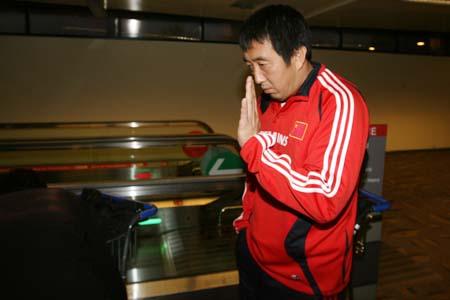 图文:国青返回北京就地解散 张鹏的印度礼节