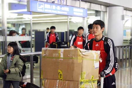 图文:国青返回北京就地解散 张文钊北京出关