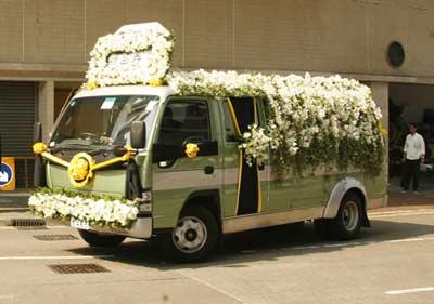 图文:霍英东的灵车开往柴湾佛教坟场