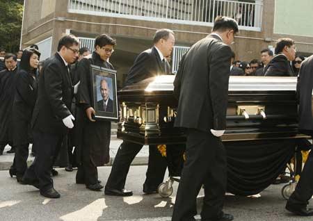 组图:霍英东遗体安葬柴湾佛教坟场 霍启刚护送