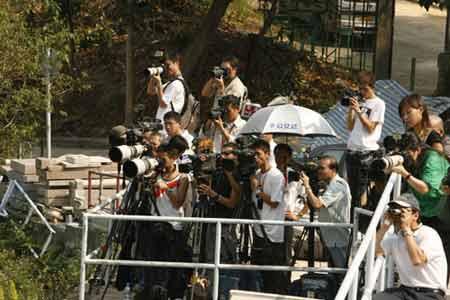 组图:霍英东葬礼引来大批媒体记者