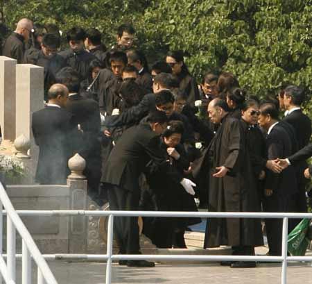 组图:霍英东遗体下葬仪式