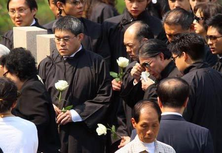 图文:霍英东遗体入土为安 亲属墓中献鲜花