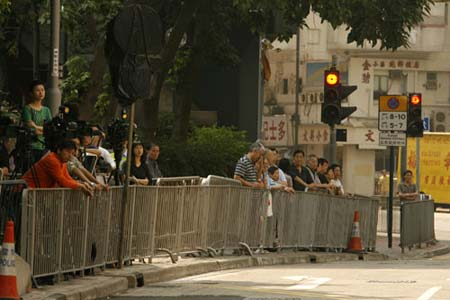 广州南沙上千市民自发悼念霍英东 霍家亲属到场