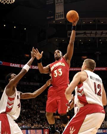 NBA图:猛龙主场战老鹰 威廉姆斯内线进攻
