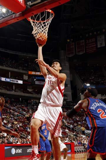 NBA图:常规赛火箭VS尼克斯 姚明上篮得手