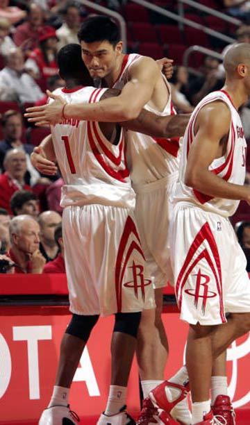 NBA图:常规赛火箭胜尼克斯 姚明飞身上篮
