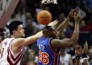 NBA图:火箭胜尼克斯 姚明争抢篮板球