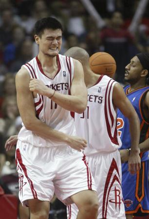 NBA图:骑士客场战尼克斯 詹姆斯突破上篮