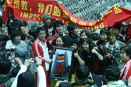 图文:巨幅队服送女排 陈忠和与球迷合影