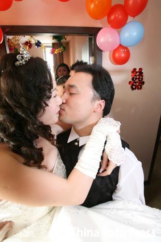 图文:奥运冠军张军喜结良缘 张军和新娘热吻
