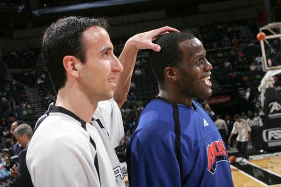 NBA图:马刺主场对阵尼克斯 吉诺比利戏弄罗斯