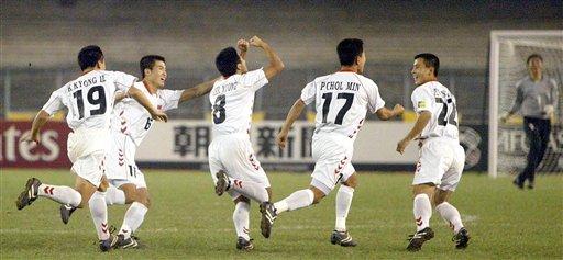 图文:亚青赛朝鲜点杀日本夺冠 朝鲜队庆祝进球