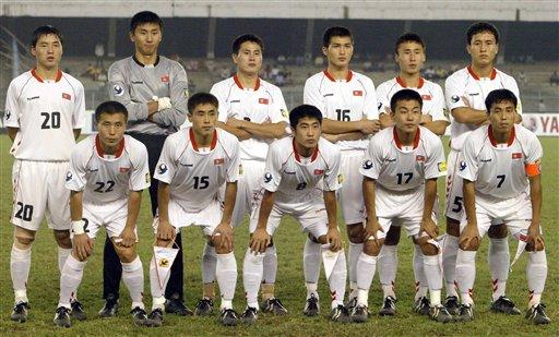 图文:亚青赛朝鲜点杀日本夺冠 朝鲜队员合影