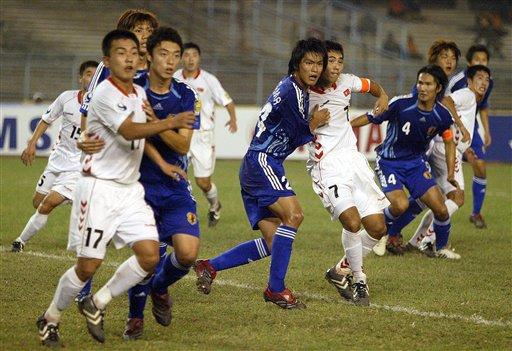 图文:亚青赛朝鲜点杀日本夺冠 双方队员拼抢