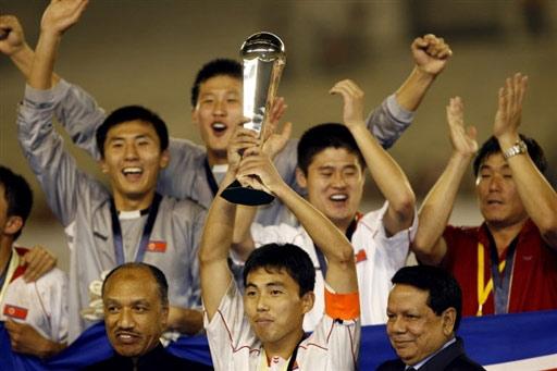 图文:亚青赛朝鲜点杀日本夺冠 朝鲜队高举奖杯