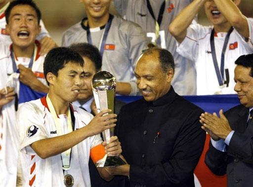 图文:亚青赛朝鲜点杀日本夺冠 朝鲜队领取奖杯