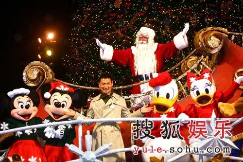"""张学友米奇""""奇妙圣诞"""" 照亮香港迪士尼乐园"""