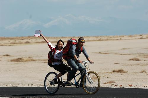 图文:《我是冠军》第四战 选手骑双人自行车