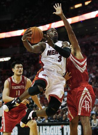 图文:NBA常规赛火箭四连胜 韦德飞身上篮