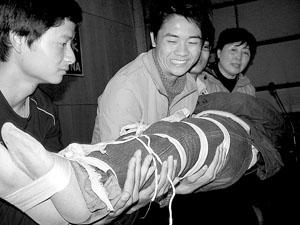 学习野外急救 同学五花大绑当道具(图)