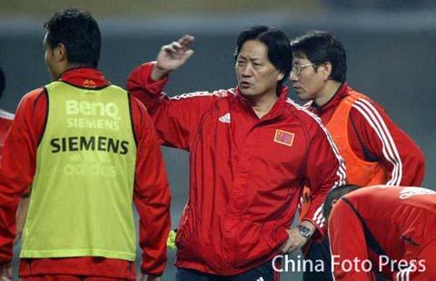 图文:国足备战亚洲杯预选赛 朱广沪指点李金羽
