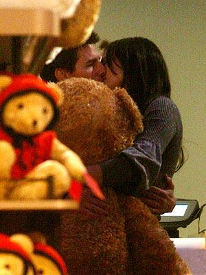 阿汤哥为凯蒂开生日派对 玩具店温馨偷吻(图)