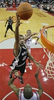 NBA图:火箭主场战马刺 邓肯篮下抛投