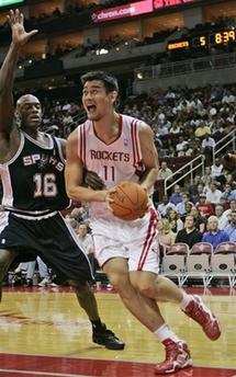 NBA图:火箭主场战马刺 姚明篮下强攻