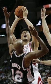 NBA图:火箭主场战马刺 姚明强攻内线